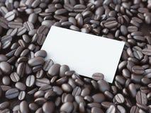在咖啡豆的空白的白色名片 3d翻译 免版税库存图片