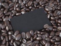 在咖啡豆的空白的黑名片 3d翻译 库存图片