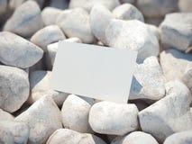 在小卵石的白色名片 3d翻译 免版税库存照片
