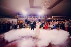 D'abord jeune mariée de danse dans un restaurant photographie stock
