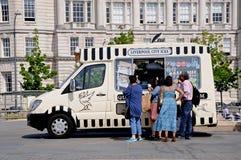 D'acquisto della gente gelato, Liverpool Immagini Stock