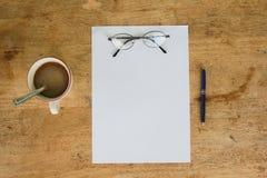 D'affaires toujours la vie avec le papier vide de feuille pour le copyspace Photographie stock libre de droits