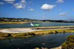 D-AGER em finais à pista de decolagem do aeroporto de Corfu ao longo das águas afiam Imagens de Stock