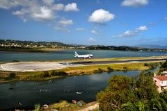 D-AGER em finais à pista de decolagem do aeroporto de Corfu ao longo das águas afiam Imagem de Stock Royalty Free