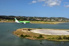 D-AGER sur des finales à la piste d'aéroport de Corfou le long des eaux affilent Image stock