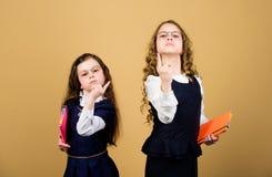 D?a agotador en la escuela Las muchachas ense?an alumnos De nuevo a escuela D?a del conocimiento Apruebe el examen La tensi?n cau imagen de archivo libre de regalías