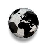 3D aisló el balón de fútbol blanco y negro con el mapa del mundo, mundo Imágenes de archivo libres de regalías