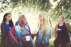 D'amis concept gai de vacances de camping dehors Photographie stock libre de droits