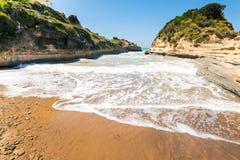 D'amour de canal avec des vagues sur l'île de Corfou Photo libre de droits