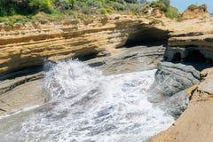 D'amour del canal con las ondas en la isla de Corfú imágenes de archivo libres de regalías