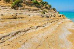 D'amour del canal con las ondas en la isla de Corfú imagenes de archivo