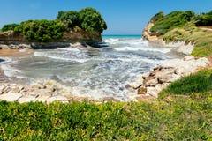 D'amour del canal en la isla de Corfú imagenes de archivo