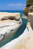 D'amour del canal en la isla de Corfú, Grecia imagenes de archivo