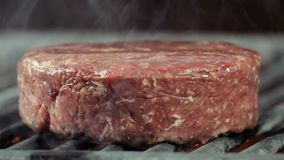 _d Anfang von kochen Kotelett, Nahaufnahme auf der Seite ein groß grillen Kotelett auf d Grill ein klein rauchen, Rindfleisch ode stock footage