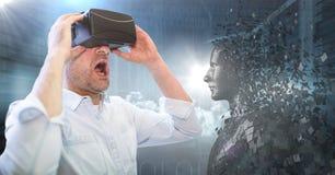 3D anneriscono il maschio AI e l'uomo in VR con la bocca aperta contro i server ed i chiarori Fotografie Stock Libere da Diritti
