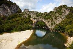 D'arc de Pont en el río del ardèche Foto de archivo