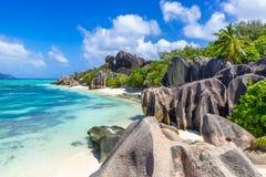 d'Argent Anse的来源-靠岸在海岛拉迪格岛上在塞舌尔群岛 库存照片