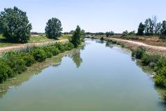 d'Arles pittoreschi del canale un fos in Francia Immagine Stock
