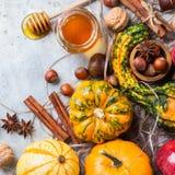 D'automne de chute de Halloween toujours composition en vie avec la châtaigne d'écrous de potiron Image libre de droits
