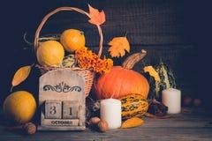 D'automne toujours la vie avec des potirons et des feuilles en baisse Concept de Halloween, l'espace de copie Photos stock