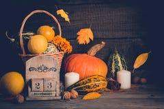 D'automne toujours la vie avec des potirons et des feuilles en baisse Concept de thanksgiving, l'espace de copie Photo libre de droits