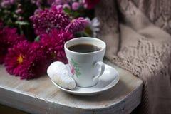 D'automne toujours la vie avec du café, les croissants faits maison de vanille de biscuits, les chrysanthèmes et le plaid photo stock