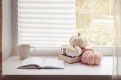 D'automne toujours la vie confortable : tasse de café et de notes chauds sur le rebord de fenêtre, décor confortable d'humeur con Image libre de droits