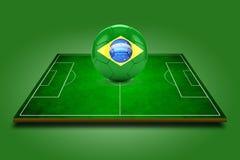 3d beeld van groene voetbalgebied en voetbal-bal met het embleem van Brazilië Royalty-vrije Stock Foto