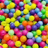 3d bolas en color del arco iris - bola plástica colorida Fotos de archivo
