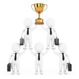 3d Businessmans Team Character Pyramid con le manifestazioni dorate del trofeo Fotografia Stock Libera da Diritti