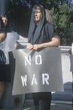 Антивоенный протестующий в черный маршировать на ралли, d C Стоковые Фотографии RF