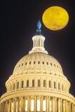 在美国国会大厦大厦圆顶,华盛顿, D的满月 C 免版税库存照片