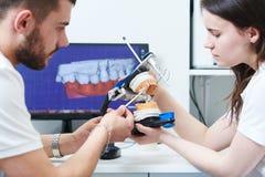 3d che modella nel laboratorio dentario con il tecnico Fotografie Stock