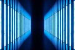 3D che rende stanza blu astratta interna con le lampade al neon blu Priorità bassa futuristica di architettura Modello per il vos Immagine Stock