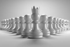 3D che rendono la vista frontale di molti impegnano gli scacchi con il capo davanti loro in carta da parati bianca del fondo Fotografia Stock