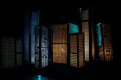 D?coration cr?ative de table d'illustration avec de petits b?timents de ville rougeoyant la nuit B?timents modernes de ville, lum photographie stock