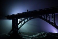 D?coration d'illustration Silhouette de pont m?tallique puissant la nuit avec le contre-jour brumeux Silhouette de la position de photo stock