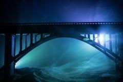 D?coration d'illustration Silhouette de pont m?tallique puissant la nuit avec le contre-jour brumeux Silhouette de la position de image libre de droits