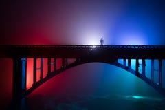D?coration d'illustration Silhouette de pont m?tallique puissant la nuit avec le contre-jour brumeux Silhouette de la position de images libres de droits
