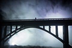 D?coration d'illustration Silhouette de pont m?tallique puissant la nuit avec le contre-jour brumeux Silhouette de la position de images stock