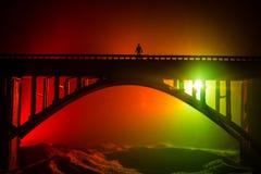 D?coration d'illustration Silhouette de pont m?tallique puissant la nuit avec le contre-jour brumeux Silhouette de la position de photos stock