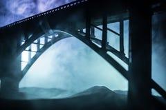 D?coration d'illustration Silhouette de pont m?tallique puissant la nuit avec le contre-jour brumeux Silhouette de la position de photographie stock libre de droits