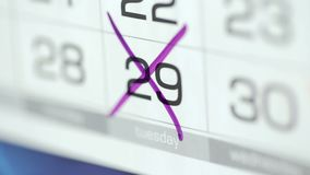 D?a cruzado de la mano de la mujer en calendario del papel 29o d?a del mes metrajes