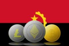 3D cryptocurrencies Bitcoin Ethereum et Litecoin de l'illustration trois avec le drapeau de l'Angola sur le fond Photographie stock