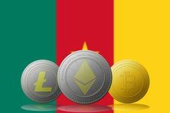 3D cryptocurrencies Bitcoin Ethereum et Litecoin de l'illustration trois avec le drapeau du Cameroun sur le fond Images stock