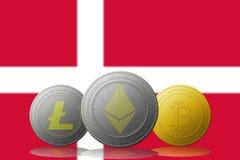 3D cryptocurrencies Bitcoin Ethereum et Litecoin de l'illustration trois avec le drapeau du Danemark sur le fond Photo libre de droits