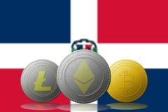 3D cryptocurrencies Bitcoin Ethereum et Litecoin de l'illustration trois avec le drapeau de la République Dominicaine sur le fond Images stock
