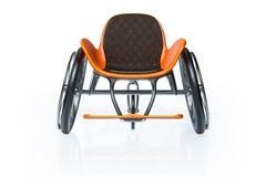 3d, das Vorderansicht des orange modernen Sportrollstuhls lokalisiert auf weißem Hintergrund überträgt stockfoto