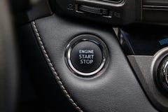 D?but de bouton et arr?ter l'allumage du plan rapproch? de moteur de voiture sur le tableau de bord, cl? ?lectrique, de noir de c photos stock