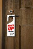 3D: De illustratie van Witboekuithangbord met maakt omhoog de ruimte gelieve op een handvat van houten deurtoevlucht of hotel te  Royalty-vrije Stock Foto's